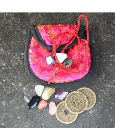 Geluksbuideltje met stenen en munten.