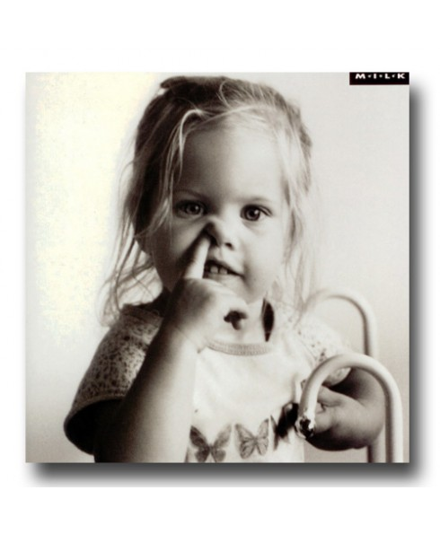Meisje 'Samma' met vinger in neus.