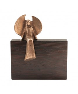Bronzen beschermengel op hout