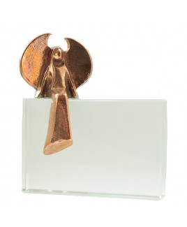 Bronzen beschermengel op glas